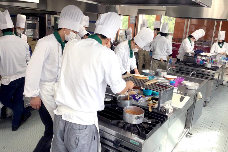 みかしほ学園生徒の調理風景